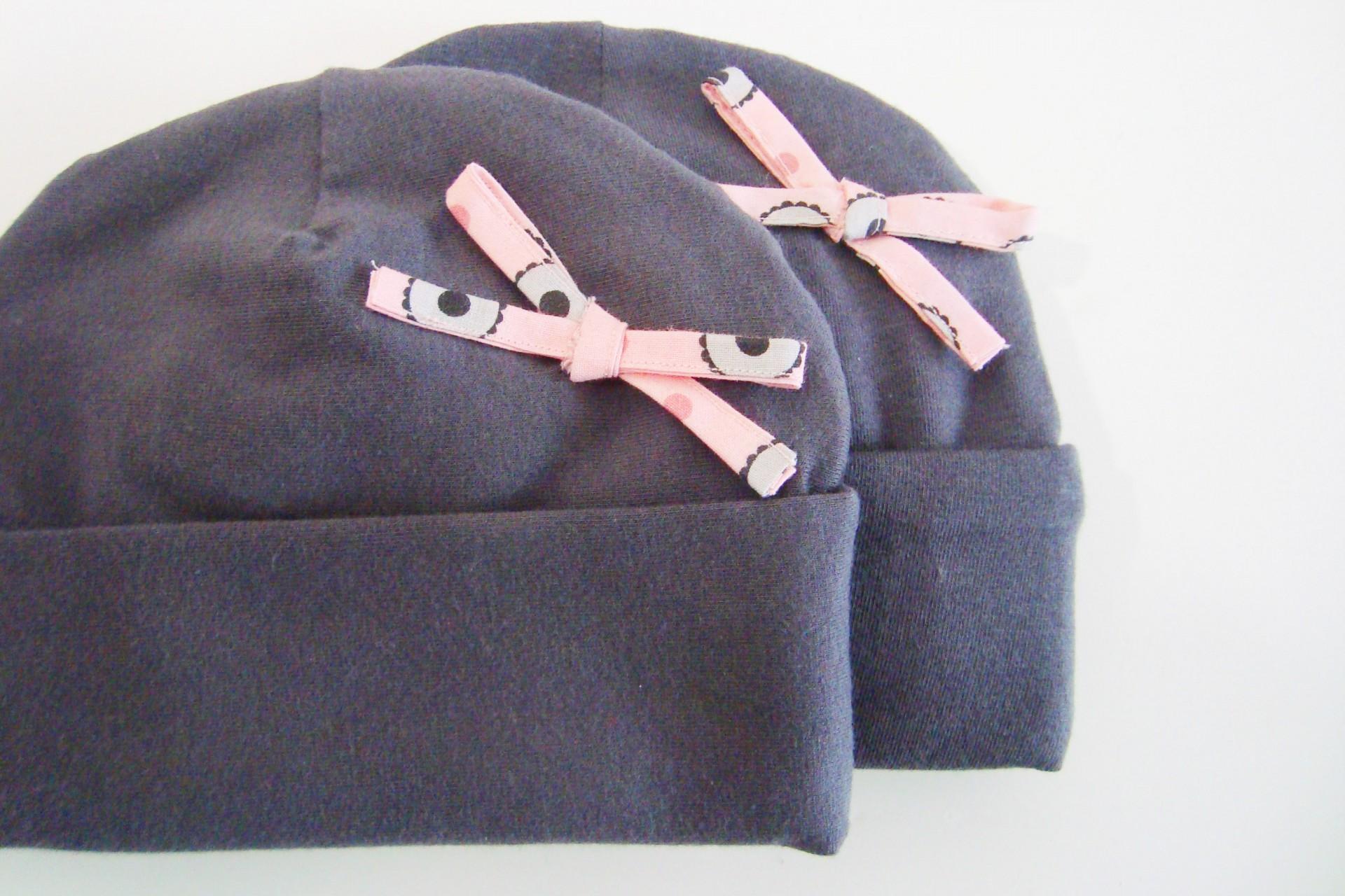 Zachtgrijs babymutsje met roze strikje